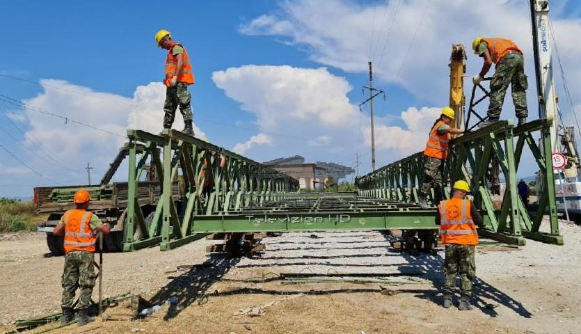 Vazhdon puna në Darzezë. Në montimin e urës nuk mungojnë as femrat