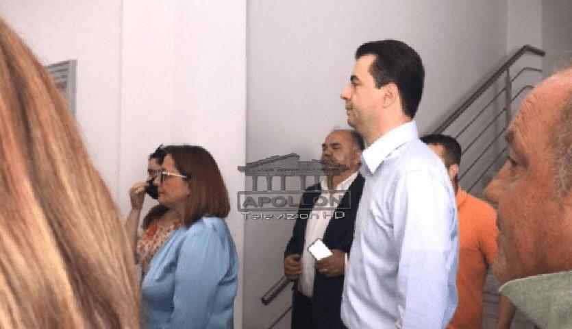 Duke pritur radhën, Basha kandidati i parë që shkon për të votuar në zgjedhjet brenda PD