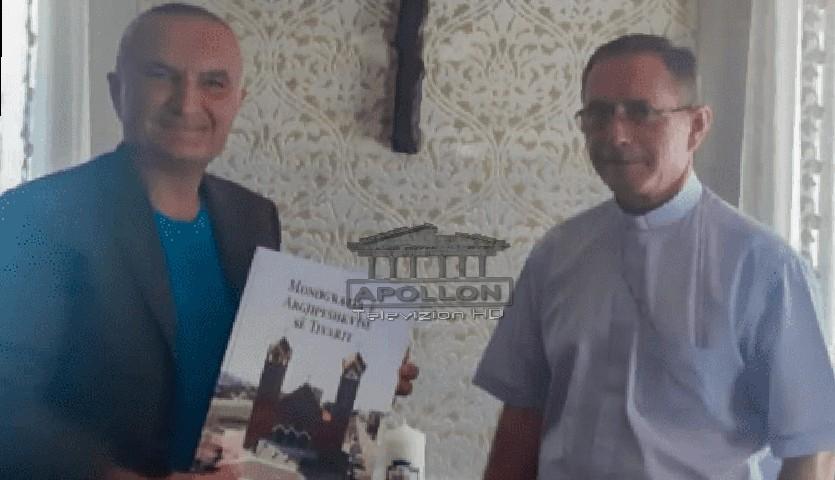 Presidenti Meta në Tivar, merr dhuratën e veçantë nga Arqipeshkvi Imzot Rrok Gjonlleshaj