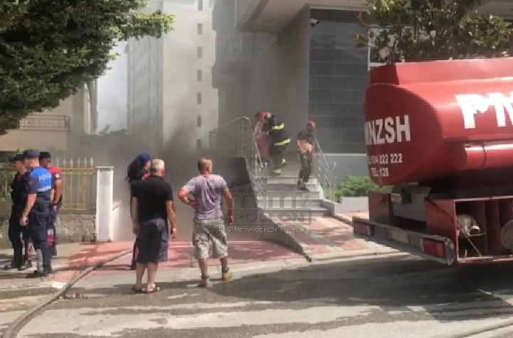 Zjarr në automjetin e parkuar në garazh, evakuohen banorët e pallatit.