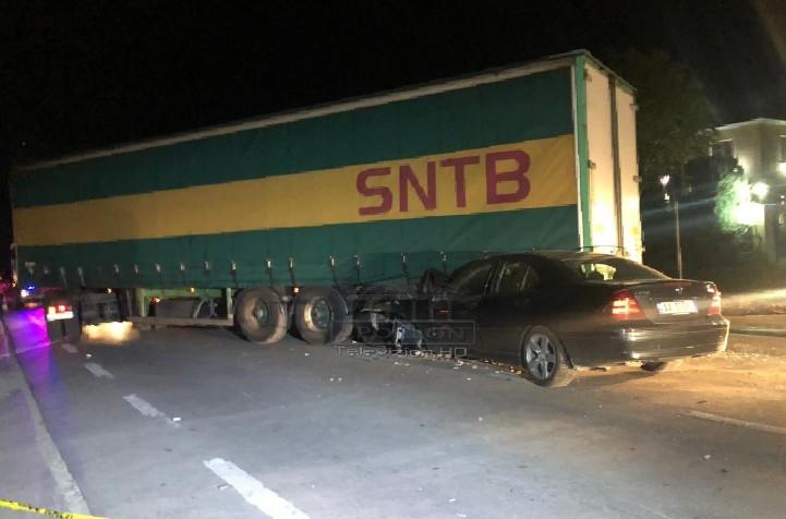 Një 34-vjeçar është arrestua nga policia në Tropojë, pasi humbi kontrollin dhe u përplas me një kamion në aksin Fierzë-Tropojë.