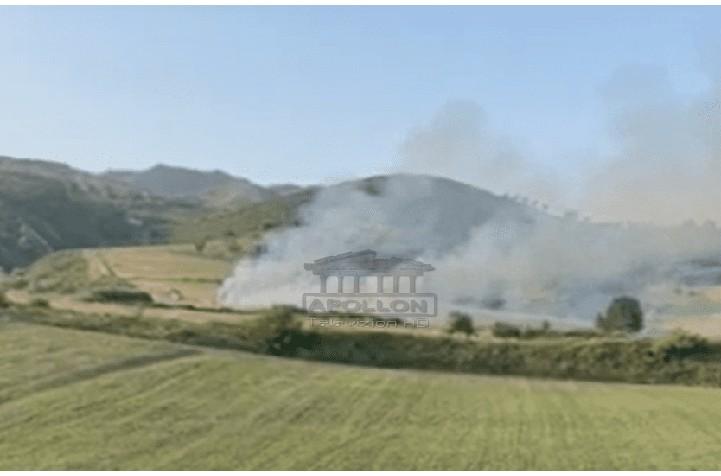 Zjarr në afërsi të burgut të Peqinit, flakët përfshijnë një sipërfaqe në sektorin e sigurisë së lartë