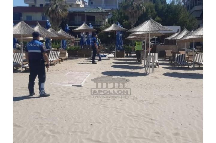 Policia aksion në plazhin e Durrësit, sekuestron shezlongët dhe çadrat pa leje