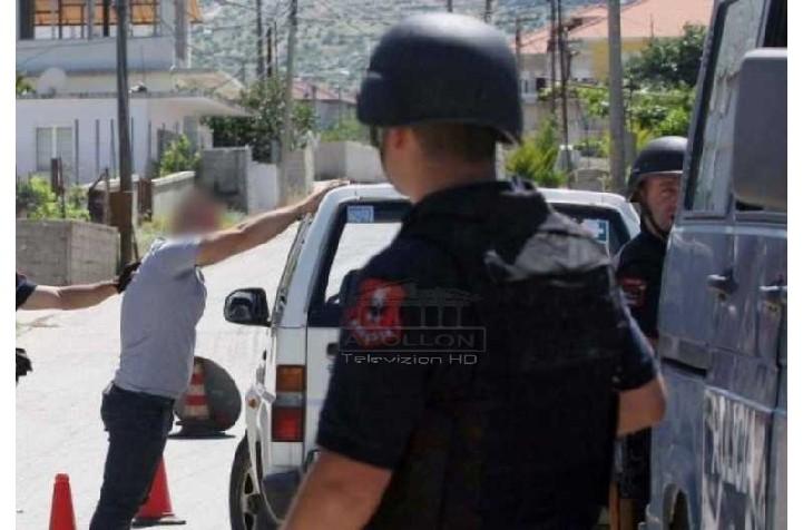 """Policia operacion """"blic"""" në mes të Kavajës, ndalohet një Prokuror dhe shoferi i tij, i bastiset dhe shtëpia"""