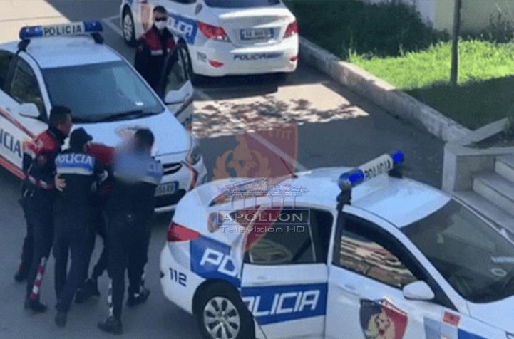 Po transportonte 13 emigrantë të paligjshëm dhe nuk iu bind urdhërit të policisë për të ndaluar, arrestohet 19-vjeçari në Korçë