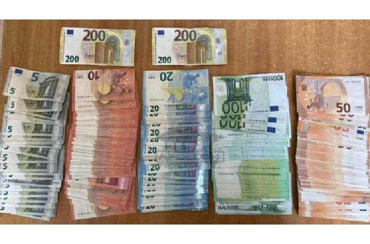 Ishte nisur për në Dubai, 37 vjeçarit i kontrollohen çantat në Rinas, Policia gjen të fshehura mijëra euro