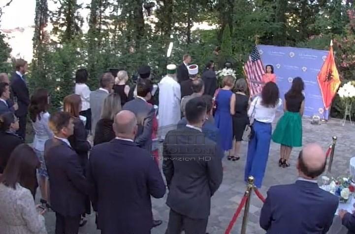 Ceremonia e Pavarësisë së SHBA bën bashkë Yuri Kim me Ilir Metën, Agron Shehaj dhe Basha të ndarë në distancë, MUNGON Rama