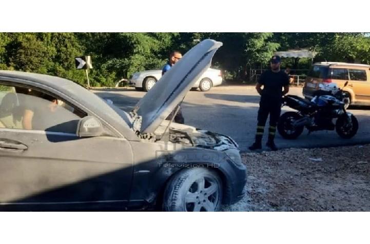"""Ishte nisur drejt Sarandës, """"Benz-i"""" merr flakë në mes të rrugës (FOTO)"""