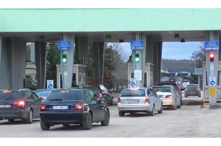 Emigrantët kthehen në Shqipëri për pushime, fluks i lartë hyrjesh në kufi