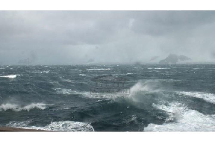 Deti me dallgë të mëdha rrezikon pushuesit në Velipojë, mbytet një 55 vjeçar, dy të tjerë dërgohen me urgjencë në spital