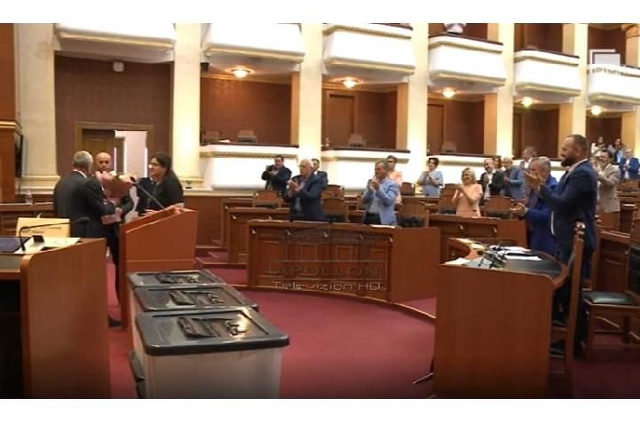 """Gramoz Ruçi mban fjalën e fundit, në seancën e fundit të Kuvendit, buqetë me lule dhe të gjithë deputetët në këmbë për """"lamtumirën"""" e kryetarit"""