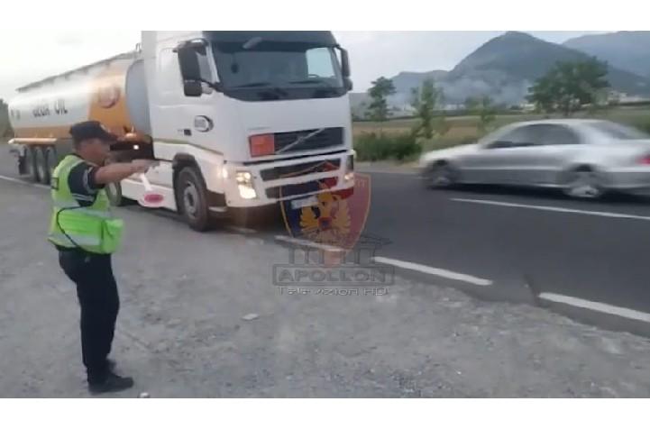 """Policia i bën """"block"""" KAMIONËVE që lëvizin jashtë orarit në zona turistike, votëm sonte gjobiten 56 drejtues"""