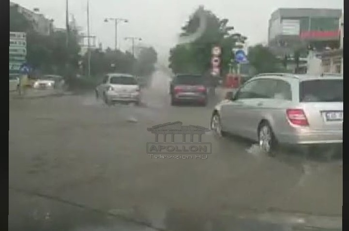 """""""Çmendet"""" moti në Korrik, stuhi e fuqishme shiu në Elbasan, përmbyten rrugët në pak minuta reshje"""