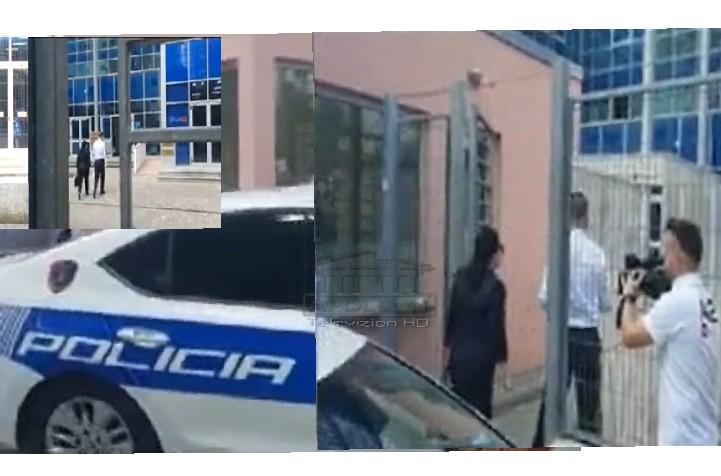 Patrulla shoqëron në Gjykatën kundër Korrupsionit ish-zv.ministren Rovena Voda, mori 1.000 euro dhe 1 arkë peshk për një vend pune