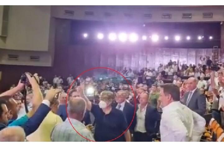 """""""Berisha, Berisha, Berisha"""", VIDEO: 7.000 anëtarët e PD në këmbë për liderin historik, ish-kryeministri i vetmi me maskë anti-Covid"""