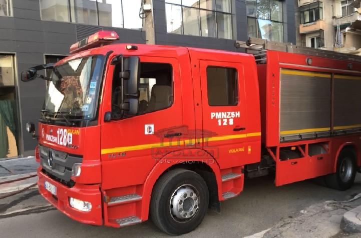 """Është përfshirë nga zjarri një magazinë në rrugën """"Hamdi Pepa"""" në Tiranë, raportohet vetëm për dëme materiale."""