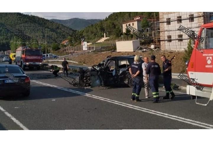 """Përplasja e fortë në Rubik, Land Roveri i bërë """"copë"""" përfundon 200 metra larg autobusit, asfalti i larë në gjak"""