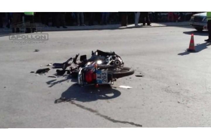 TIRANË – Një 30-vjeçar, i cili po udhëtonte me motoçikletë ka ndërruar jetën si pasoj e nje aksidenti