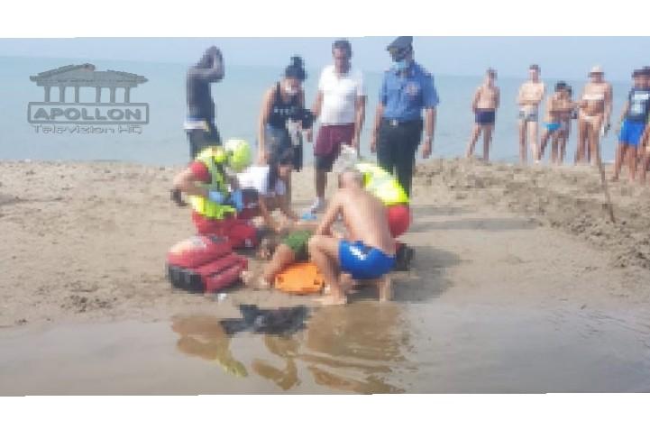 """""""Kërcet arma"""" në plazhin e Zvërnecit në Vlorë, një person konfliktohet me disa të tjerë dhe qëllon me pistoletë"""