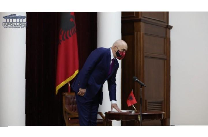 Rama me dorën mbi Kushtetutë, presidenca publikon pamje nga betimi i qeverisë së re