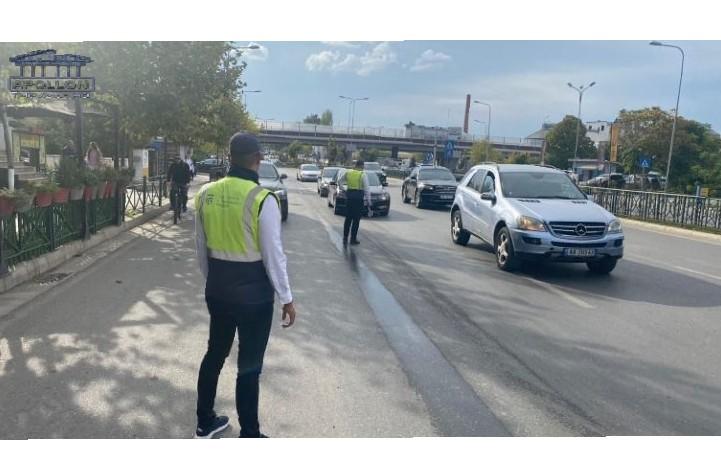 Humbi kontrollin e mjetit dhe u përplas me trafikndarësen në aksin Plepa-Shkozet, 23 vjeçarja dërgohet në spital në gjendje të rëndë