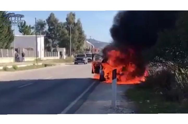 Një makinë është përfshirë nga flakët sot në aksin Fier-Patos. Ngjarja ndodhi sot rreth orës 13:50.
